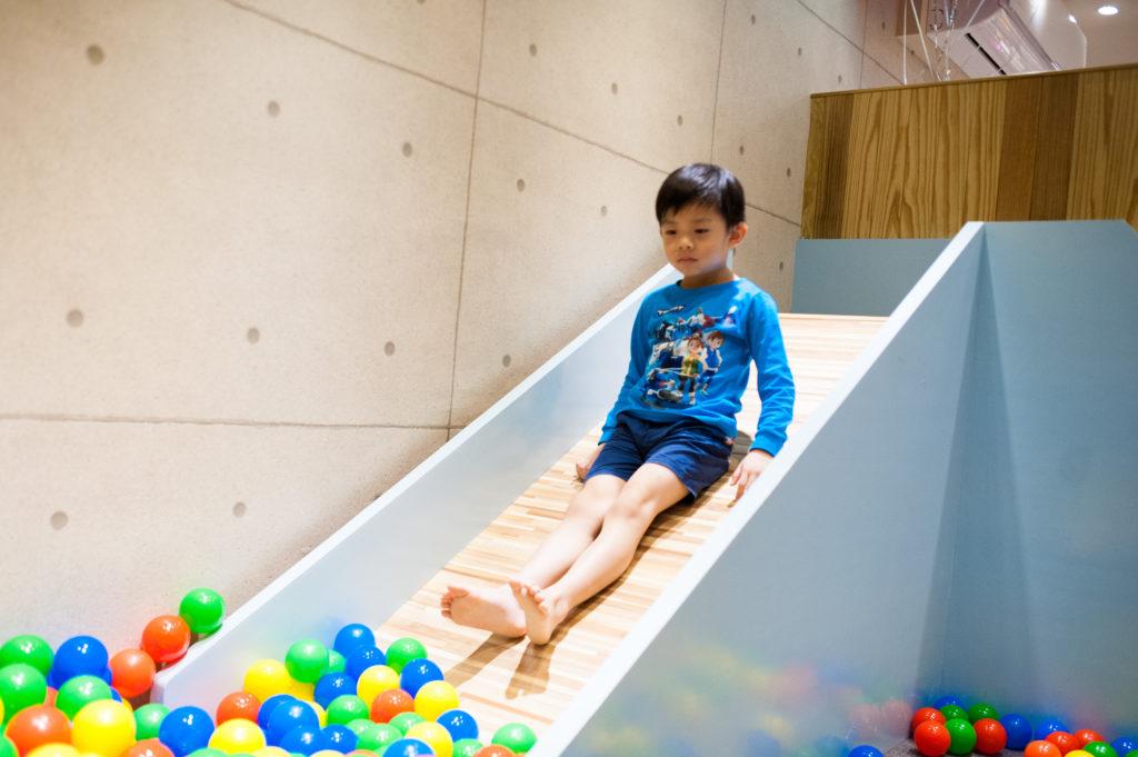 看到小孩在溜滑梯真是開心